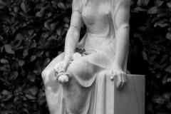 Frau-auf-Stein