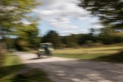 Anita-Ho-Traktor-auf-der-Strasse